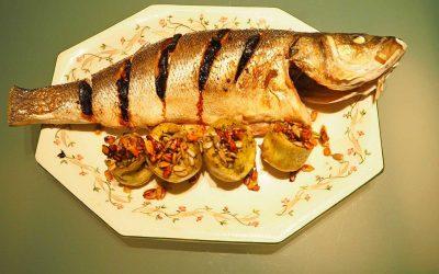 Dorada (o Lubina) al horno con alcachofas y ajo negro