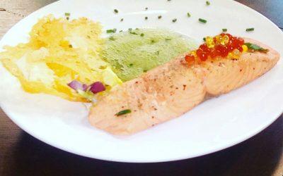 Salmón al aroma de cítricos con aire de espinacas, crujientes agrios y falso caviar de vinagre de higos picos