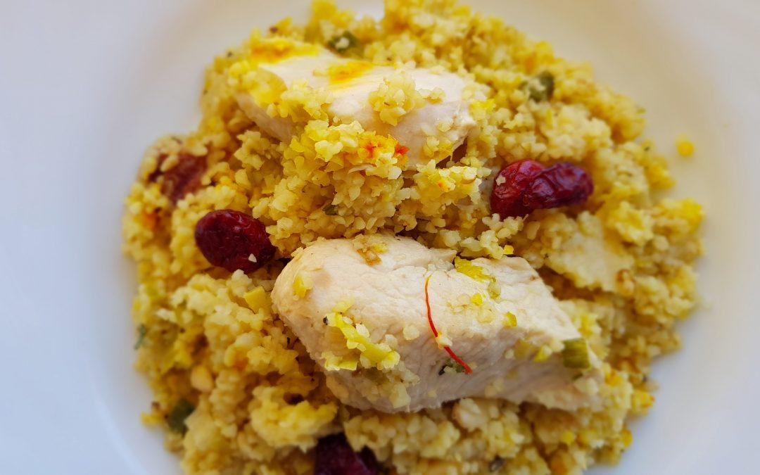 Pollo con bulgur, piñones y arándanos