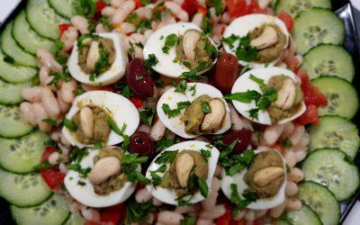 Ensalada griega de judías blancas con huevos rellenos.