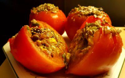 Tomates frescos rellenos de sabores del Mediterráneo.