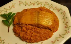Salmón al horno sobre lecho de lentejas a la naranja.