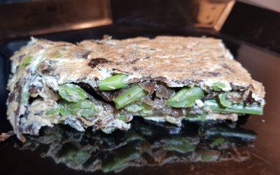 Tortilla en dos capas de judías verdes, algas y ajo negro.