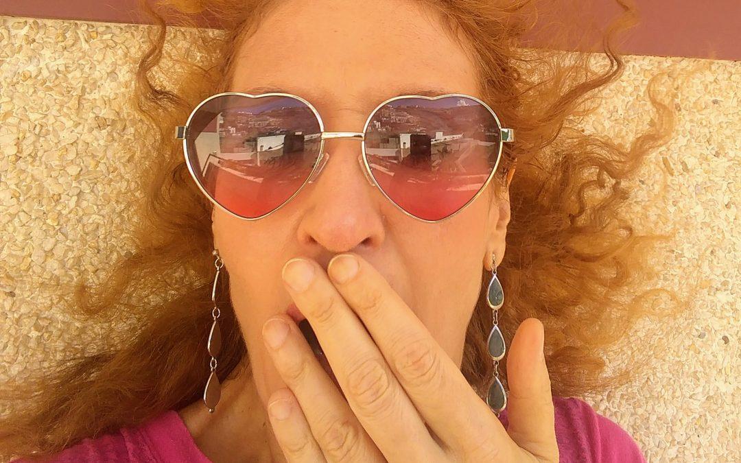 Mirar con lentes rojas levanta el ánimo.