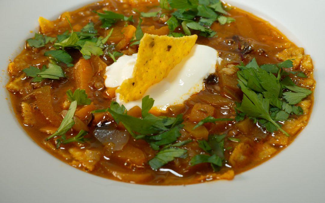 Sopa de lentejas majoreras con tortillas de maíz.